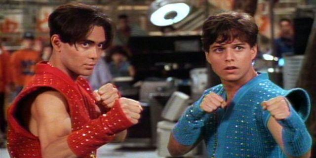 Mark Dacascos ja Scott Wolf elokuvassa Double Dragon (1994), joka on malliesimerkki varhaisesta lapsellisesta videopelifilmatisoinnista.
