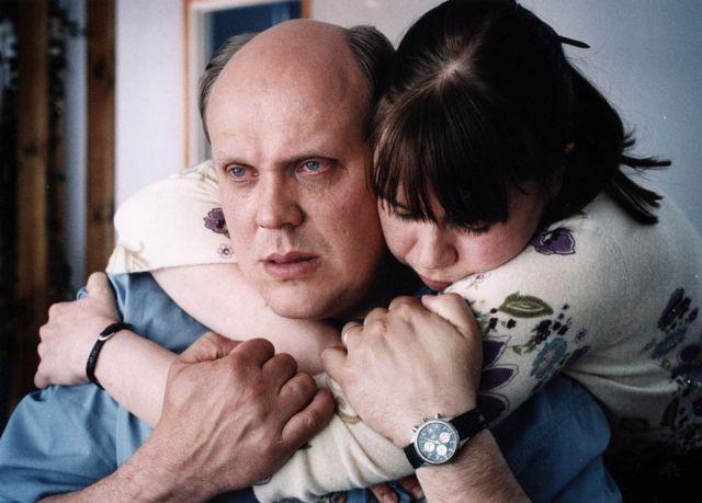 Aviopari suree Kari Paljakan elokuvassa Eläville ja kuolleille.
