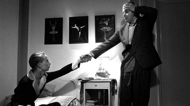 Ofelia (Kati Outinen) ja Hamlet (Pirkka-Pekka Petelius) sanattomassa kohtauksessa.