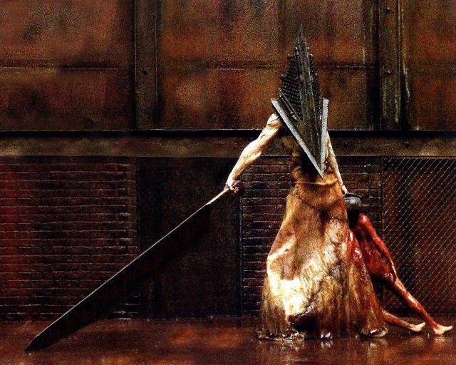 Pyramid Head kylvää kauhua Silent Hill 2 -pelissä ja Silent Hill -elokuvassa
