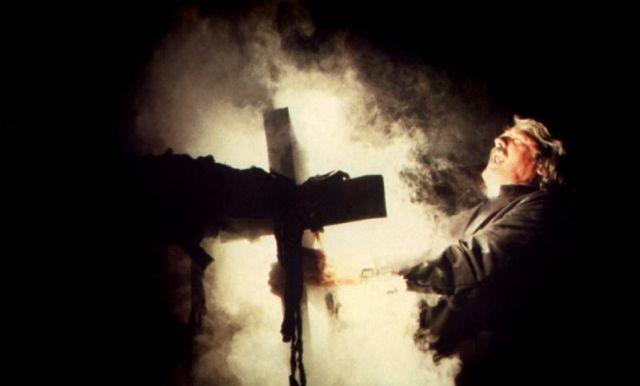 Hal Holbrook kantaa ristinsä John Carpenterin elokuvassa The Fog.